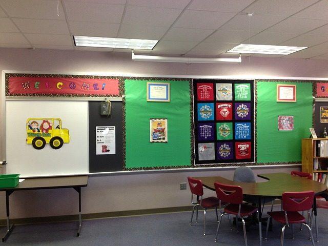 児童の作品などが張り付けられた学校の黒板