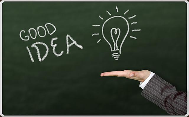 「グッドアイデア」という文字と光る電球の絵が書かれた黒板