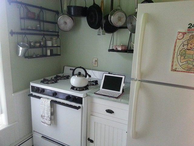 白い家具が並べられたキッチンの様子