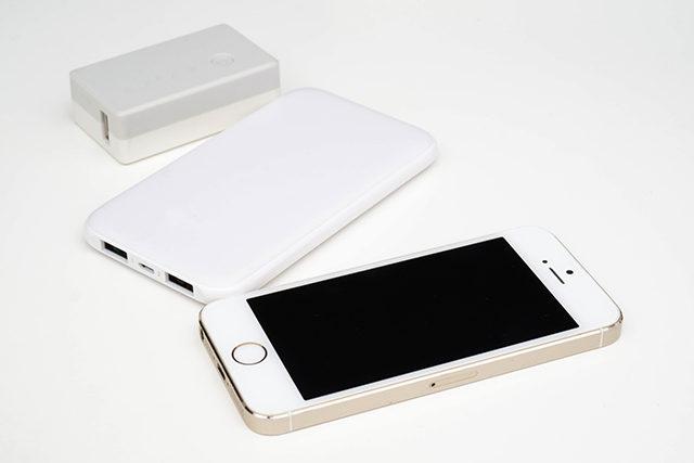 スマホとモバイルバッテリーの写真