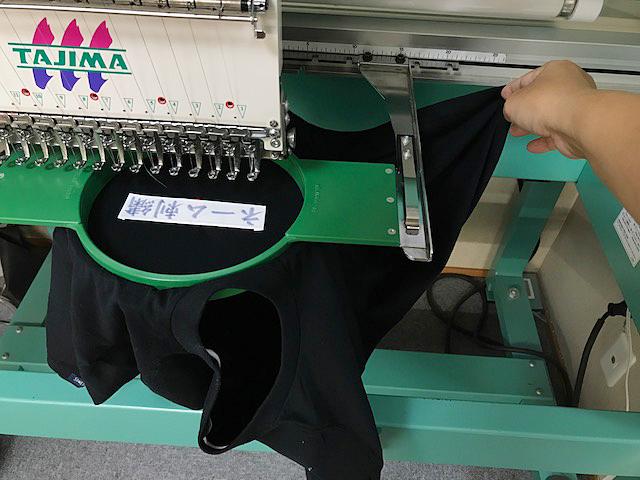 裾から刺繍機にセット