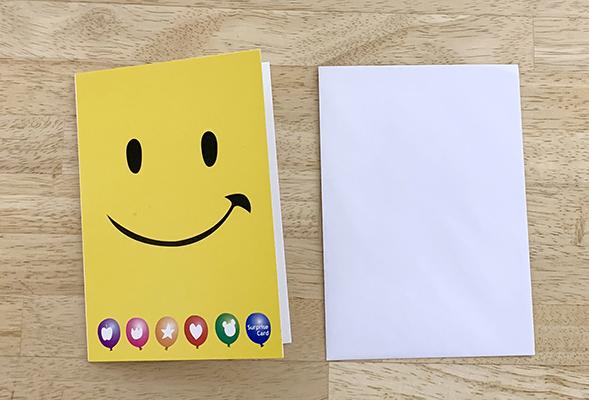 カードの表面は黄色いスマイルマークのデザイン。