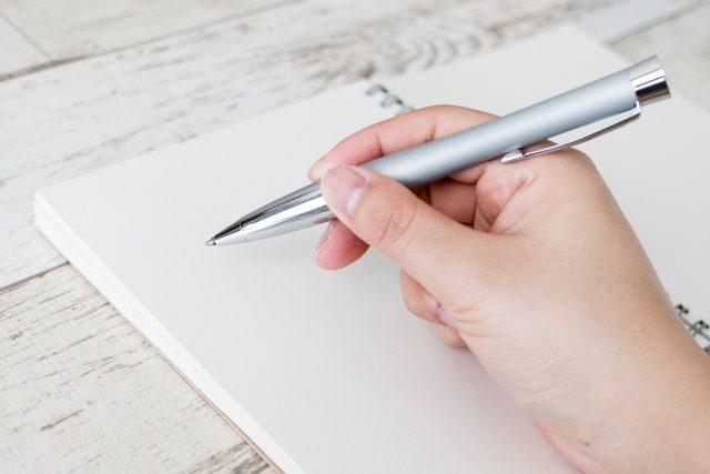 ボールペンを持っている手元の写真