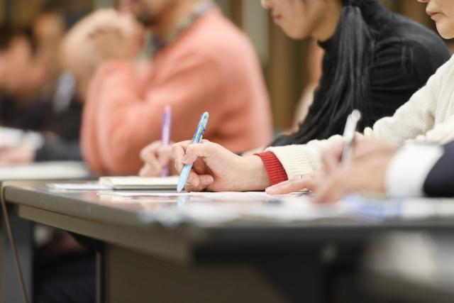 ボールペンで書いているところの写真