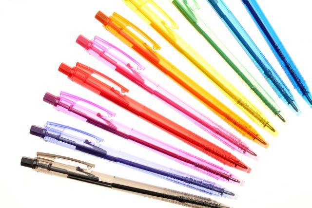 いろんな色のボールペンが並んでいる写真