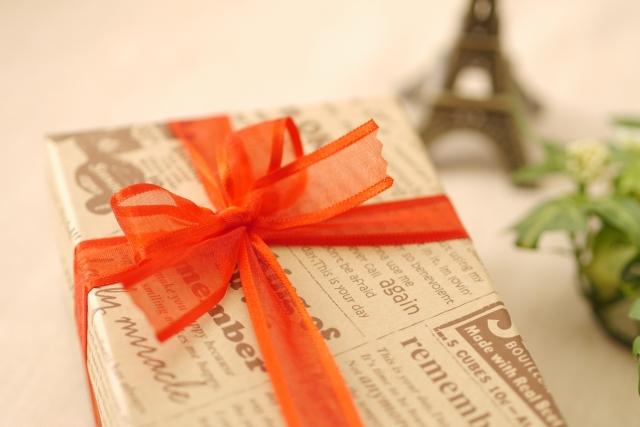 プレゼント包装された箱の写真