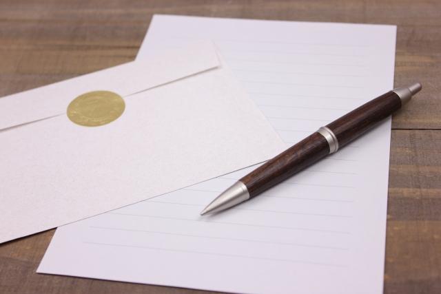 手紙とボールペンの写真