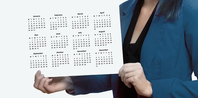 カレンダーを手に持った女性