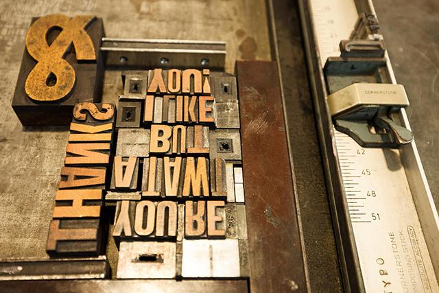 様々な大きさのアルファベットのプレート