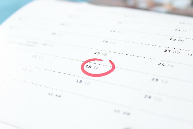18日に赤い丸印がついたカレンダー