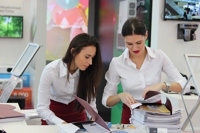 配布する資料を整理する女性たち