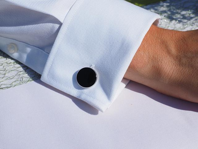 カフスボタンが付いたワイシャツの袖の画像
