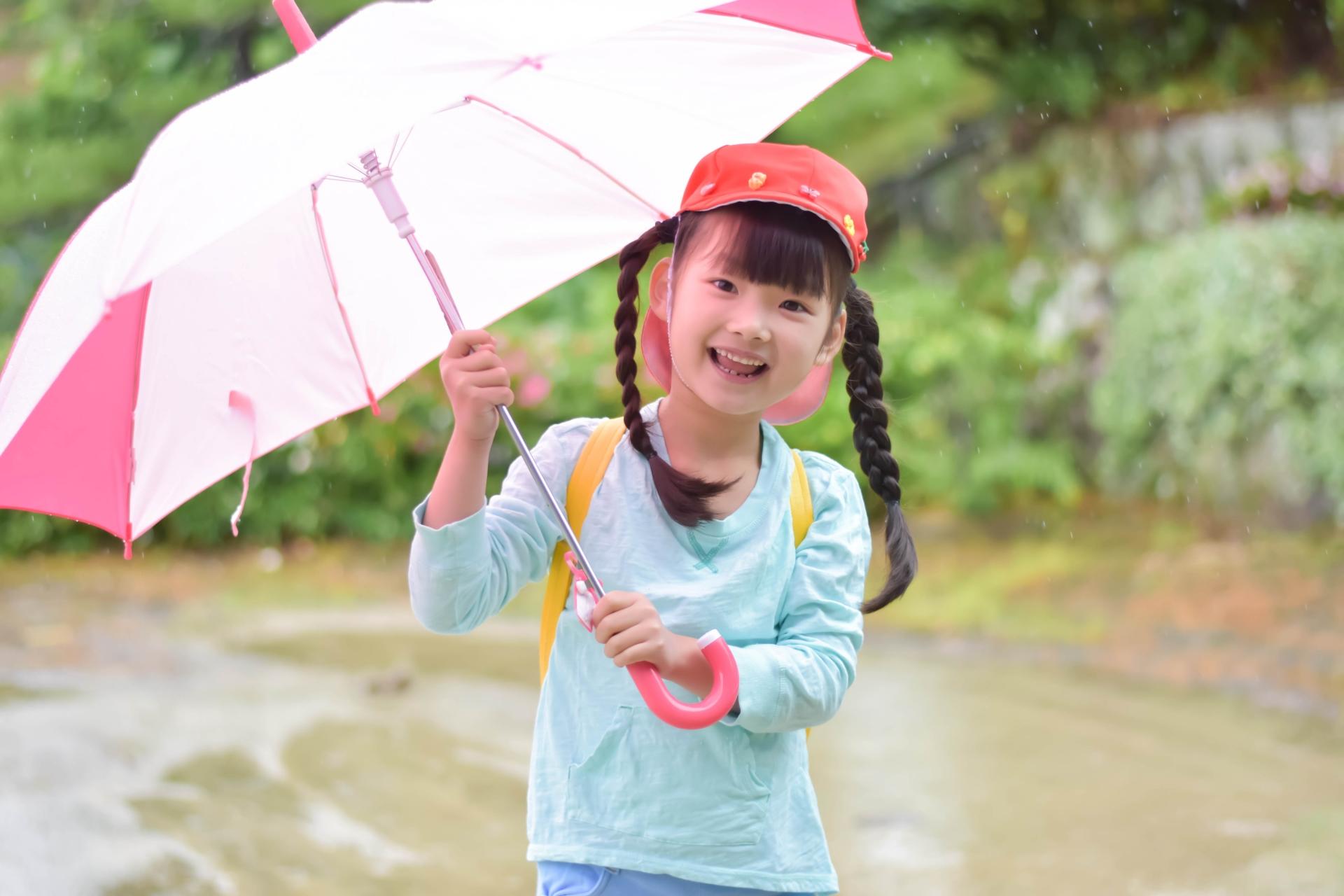 傘をさす少女