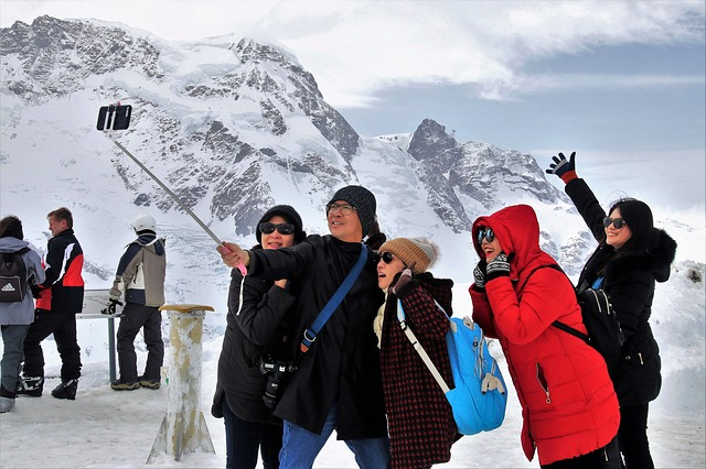 山頂で自撮りをする登山者グループ