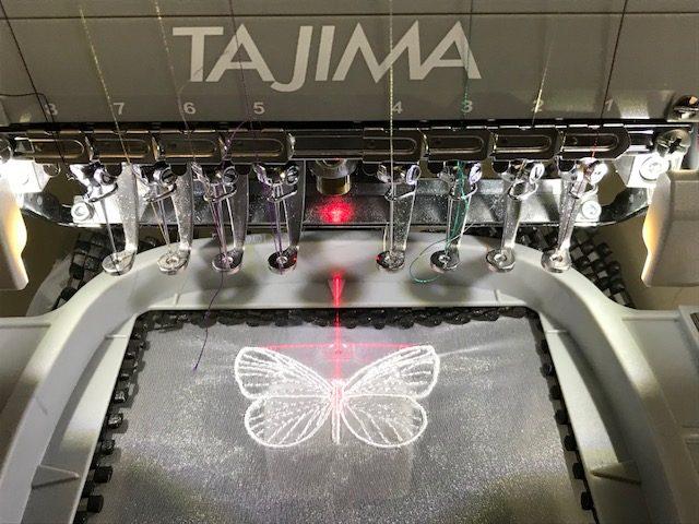 2、タジマ刺繍機「彩」でポリエステルオーガンジーの生地に蝶々の刺繍入れ。