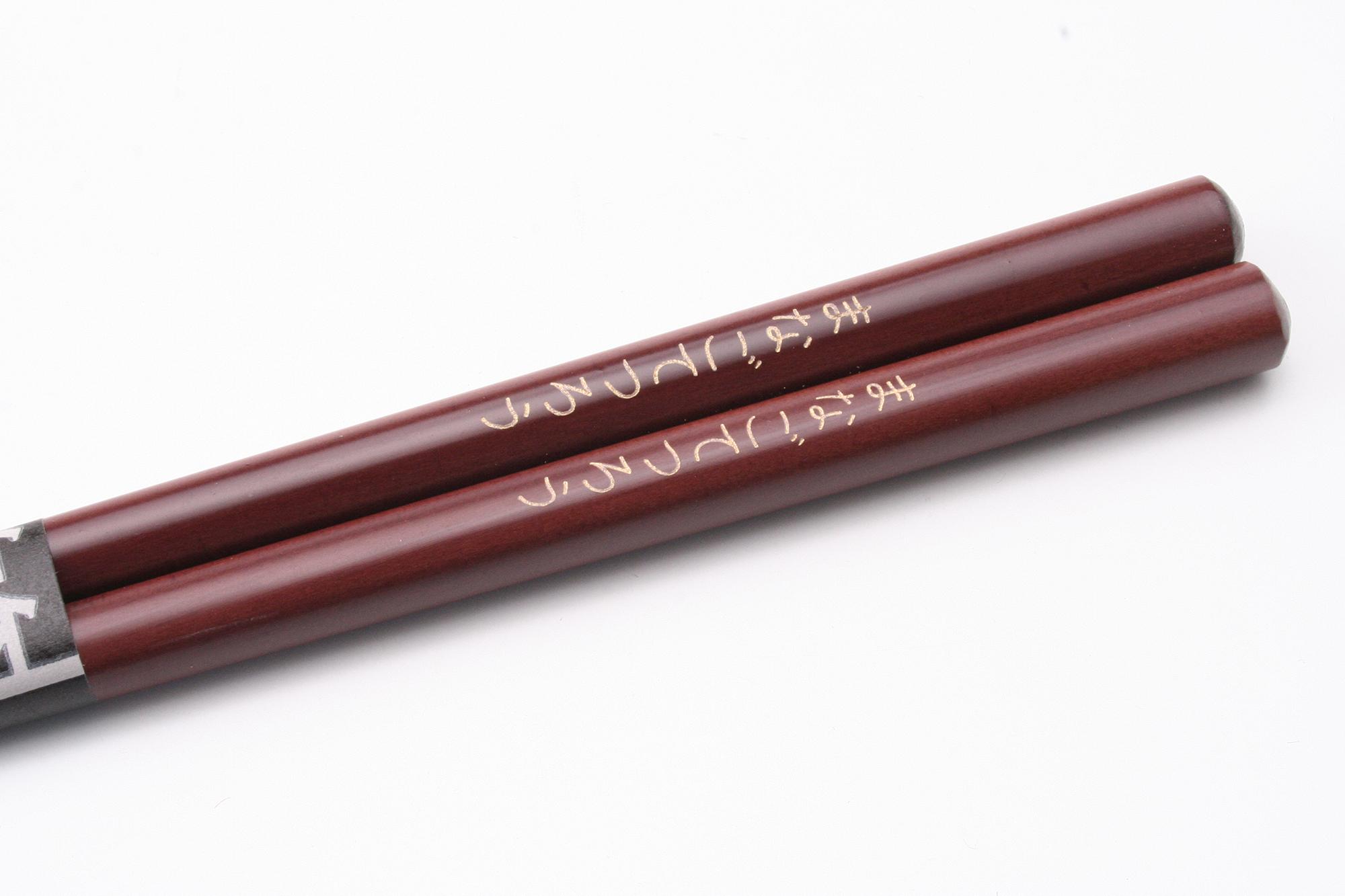 木製の箸のアップ。表面にレーザーで名前を彫ったもの