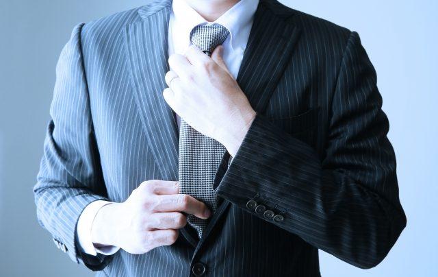 ネクタイを締めているサラリーマン