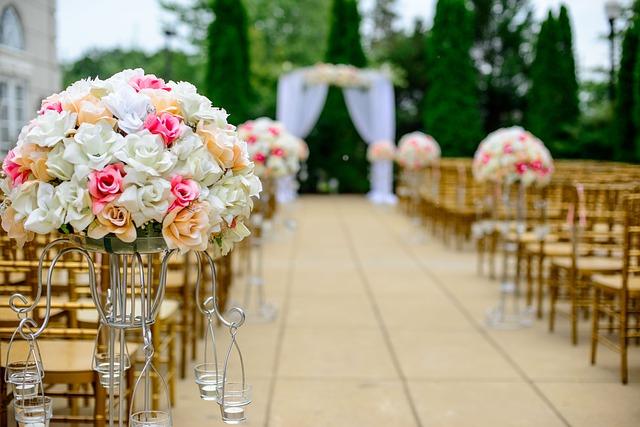 ブーケにピントを合わせた結婚式場の画像