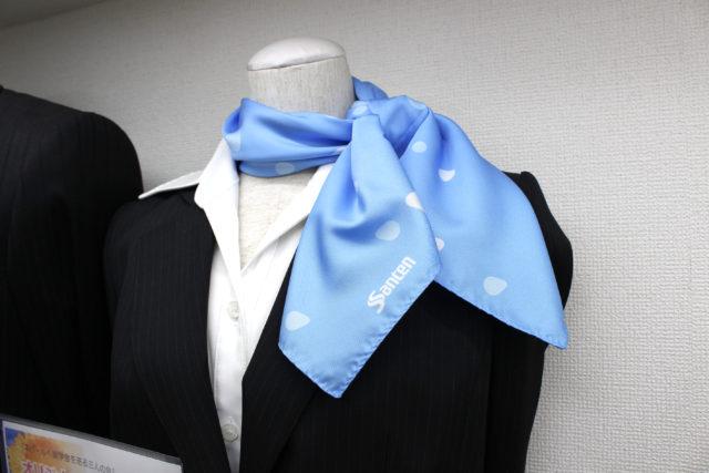 スカーフを巻くイメージ