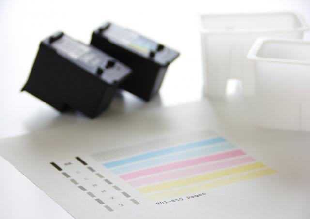 プリンターインクとカラーチャートのイメージ写真